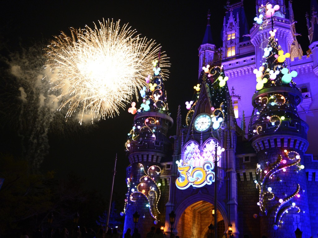 ・30周年を祝う花火とシンデレラ城(2013年4月13日スペシャルナイトにて撮影)