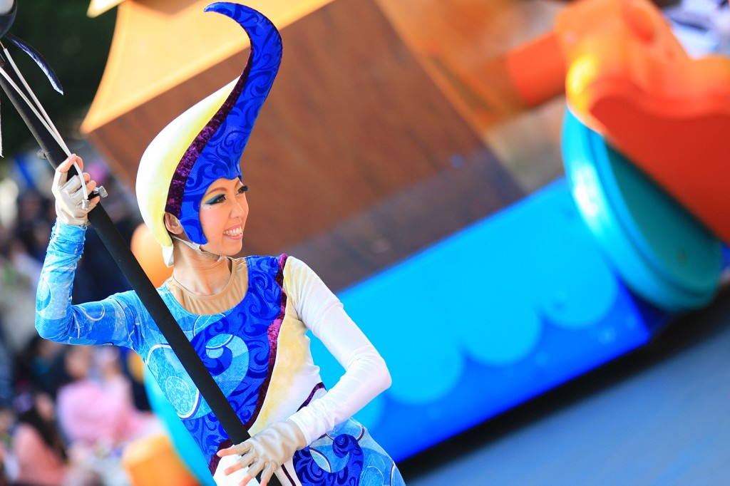 """""""ギル"""" ファインディング・ニモに登場するツノダシ「ギル」のパペットを持つダンサー。ギルの色合いに馴染むコスチュームはとても爽やか"""