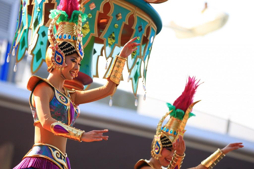 """""""アラビアン・ダンサー"""" フロート上で宝石に身を包み踊るダンサー。"""