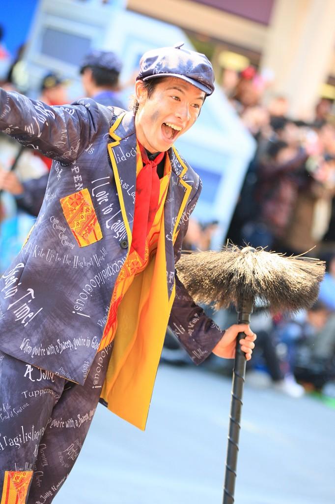 """""""チムニー・クリーナー"""" 煙突掃除屋をイメージしたダンサー。軽快なステップで楽しそうに踊る彼らにはゲストも思わずつられて笑顔に"""
