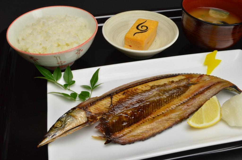 別アングル:カカシのお手製定食(秋刀魚の塩焼きと茄子の味噌汁)(800円)