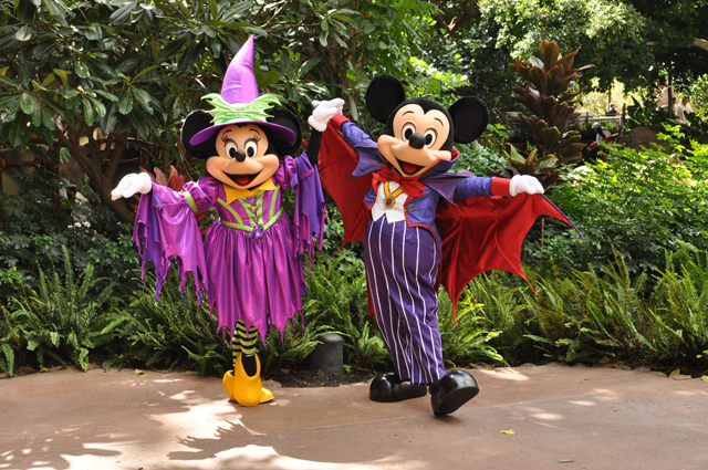 Aulani_Halloween_Mickey_Minnie