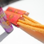 ミッキーチュロス(パンプキン)をブラッドオレンジディップとともに食す