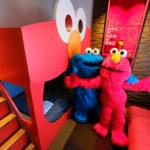 スヌーピー、エルモ、クッキーモンスターがUSJ新キャラクタールームを紹介